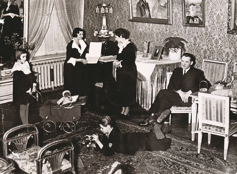 30.-lata-Aleksander-Schiele-mit-seiner-Frau-Zofia-geb.-Engemann-und-den-Kindern-Jerzy-und-Julitta-sowie-der-Gouvernante-Irene-im-Salon-der-Villa-in-der-Róż-Allee-5